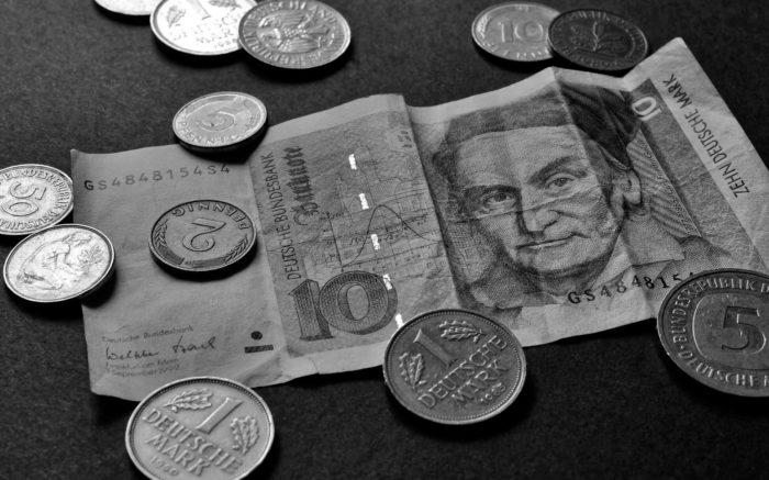 Ein alter 10-D-Mark-Schein und mehrere Münzen