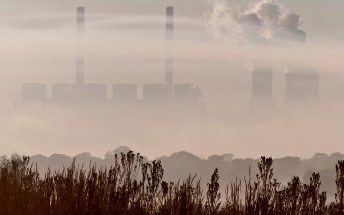 Vor einem Kraftwerk ist sehr viel Nebel.