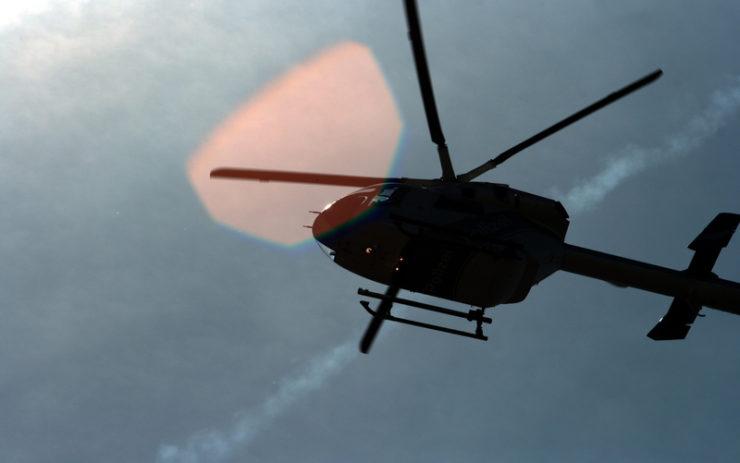 Fliegender Helikopter im Gegenlicht