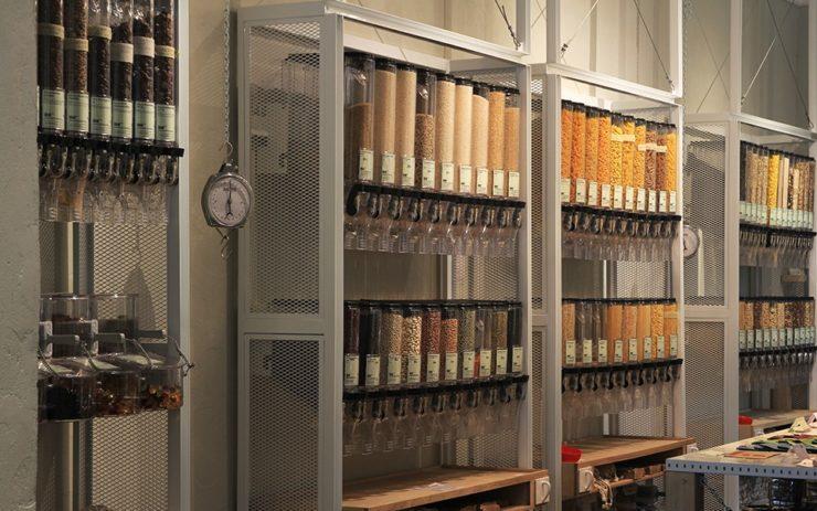 In den Regalen des Supermarkts hängen Abfüllbehältnisse.