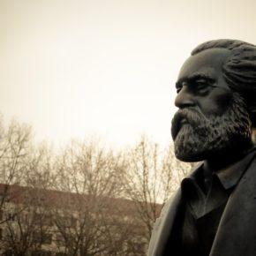 Eine Büste von Marx. Im Hintergrund sind Bäume und ein Haus.