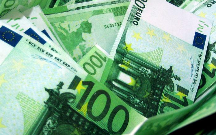 Mehrere hundert Euro Scheine auf einem Haufen