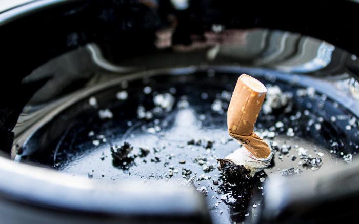 Eine ausgedrückte Zigarette im Aschenbecher