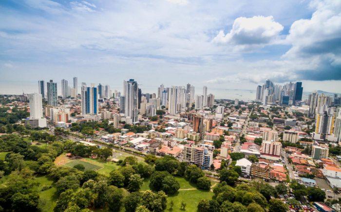 Ein foto der Skyline von Panama Stadt, vom Landesinnern mit Blick aufs Meer.