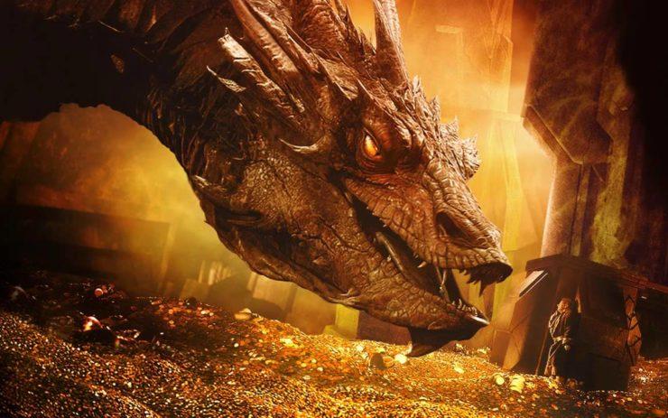 Der Drache Smaug aus dem Film Der Hobbit auf seinem Schatz.