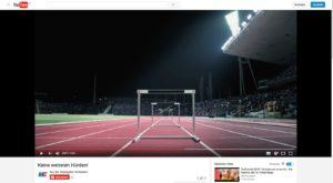 Hürden auf einer 100-Meter-Bahn in einem vollbesetzten Stadion