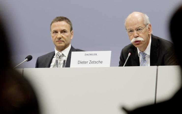 Dieter Zetsche und Bodo Uber von der Daimler AG auf einem Podium.