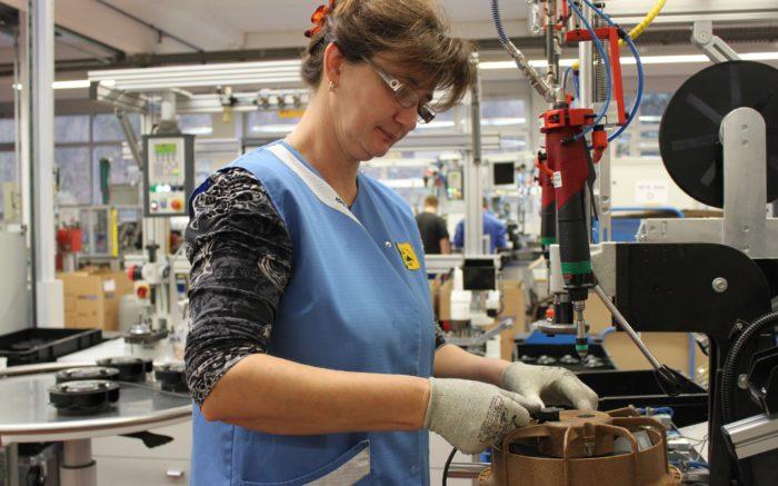Mitarbeiterin in einem holzverarbeitenden Betrieb.