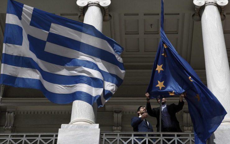 Die EU-Fahne wird neben der griechischen entrollt.