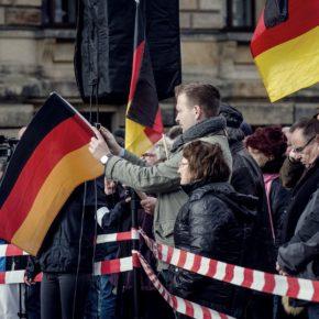 Mehrere Bürger mit Deutschlandfahnen.