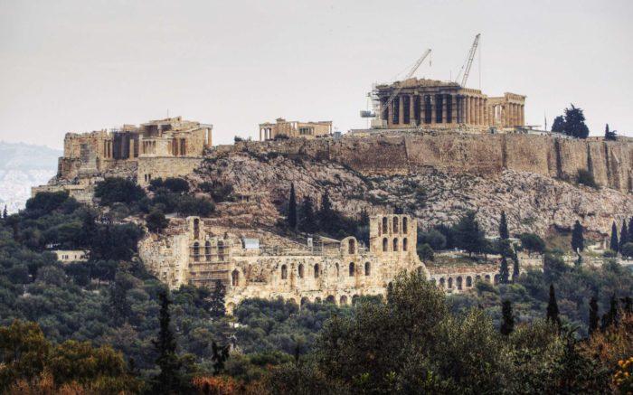 Die Akropolis in Athen, in ein Baugerüst gehüllt.