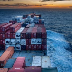 Ein Containerschiff auf offener See