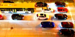 Autos von oben an einer mehrspurigern Straße