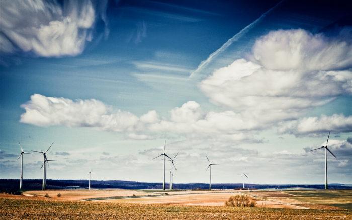 Windräder in der Landschaft.