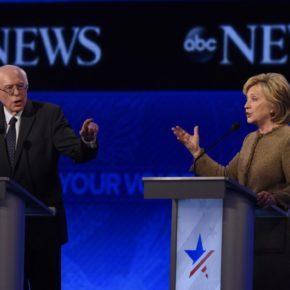 Bernie Sanders und Hillary Clinton bei einem TV-Duell. Gestikulierend.