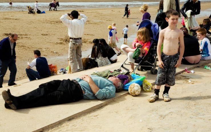 Eine Gruppe Menschen am Strand von Blackpool, England