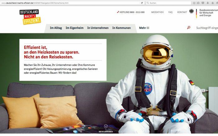 """Ein Screenshot von der Energiesparkampagnen-Website der Bundesregierung. Man sieht einen Astronauten auf einem Sofa sitzen, dazu der Slogan: """"Effizient ist an den Heizkosten zu sparen, nicht an den Reisekosten."""""""