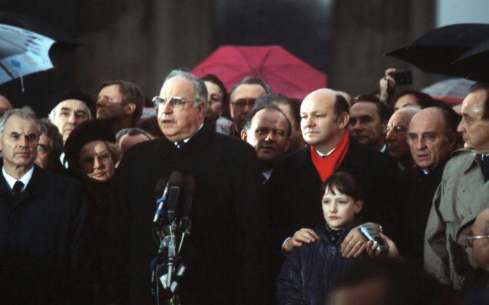Helmut Kohl und andere BRD- und DDR-Politiker bei der Öffnung der Mauer am Brandenburger Tor, 1989.