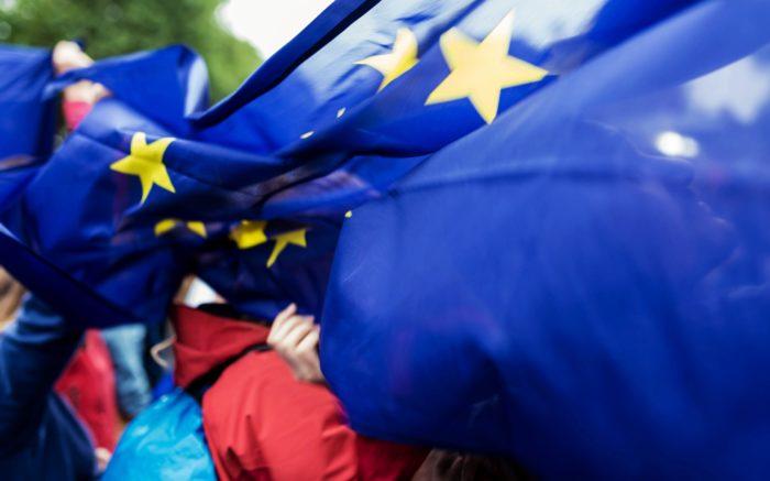 Jemand hat sich in einer EU-Fahne verfangen.