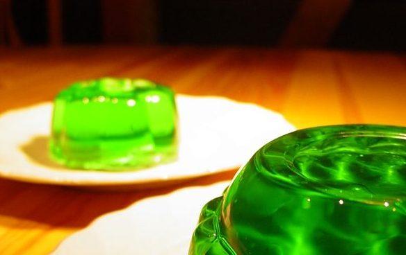 Ein grüner Wackelpudding - und im Hintergrund noch einer.