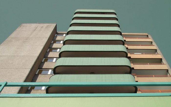 Balkone eines Hauses von unten fotografiert.