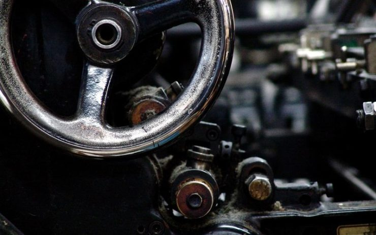 Eine Nahaufnahme einer Druckereipresse.