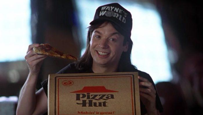 Wayne aus dem Film Wayne's World mit einer Pizza aus einem Pizza Hut Karton.