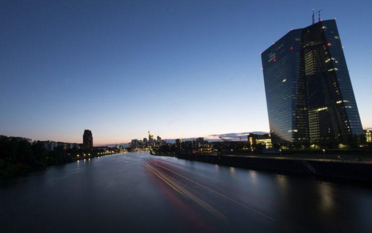 Der Main, rechts die EZB.
