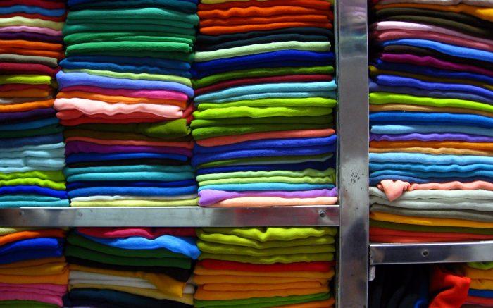 Zusammengelegte T-Shirts. Nahansicht.