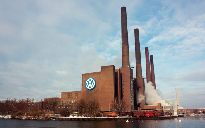 Die Wolfsbprger VW-Fabrik mit den vier Schonrsteinen, vom Wasser aus.