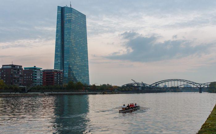 Die EZB am Main. Im Vordergrund ein Ruderboot.