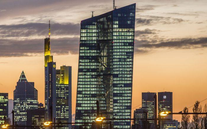Die Europäische Zentralbank während des Sonnenuntergangs. Einige Fenster sind erleuchtet.