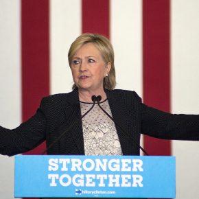 Hillary Clinton, demokratische Präsidentschaftskandidatin, bei ihrer Rede zur Wirtschaftspolitik. Sie gestikuliert mit den Armen vor einer US-Flagge.