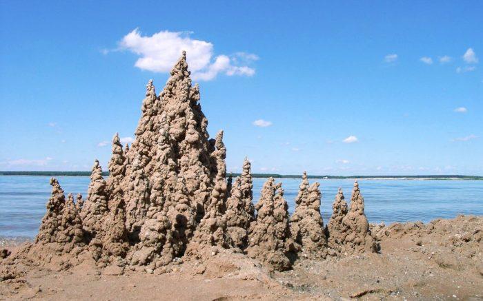 Eine Klecker-Sandburg am Strand