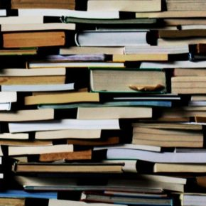 Übereinandergestapelte Bücher.