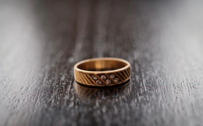 Ein Diamantenring auf einem Holztisch