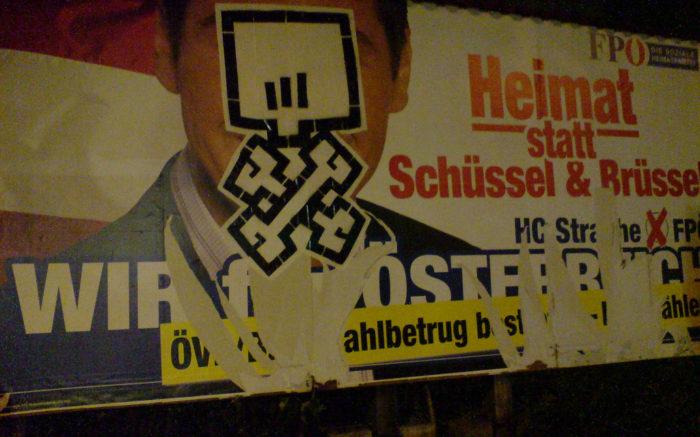 FPÖ-Wahlkampfplakat an Häuserwand,, übermalt