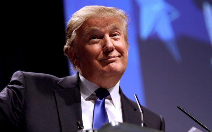 Donald Trump am Pult, nah