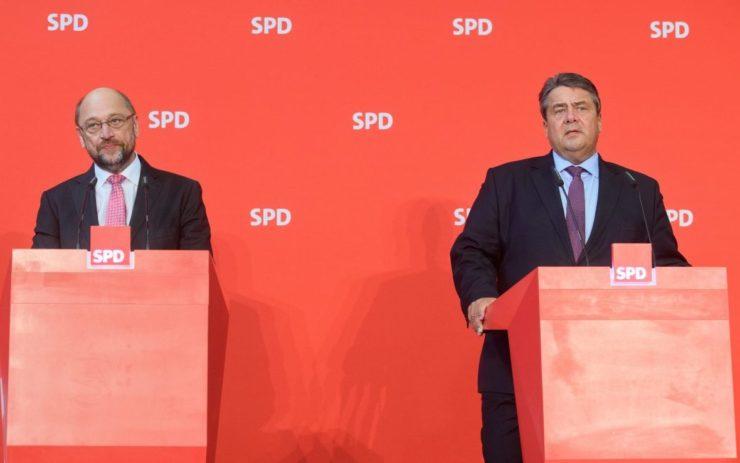 Martin Schulz und Sigmar Gabriel bei einer Veranstaltung der SPD. Beide am Pult stehend.