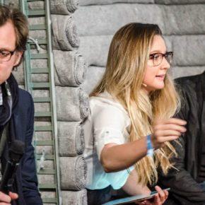 Vier junge Menschen sitzen und reden