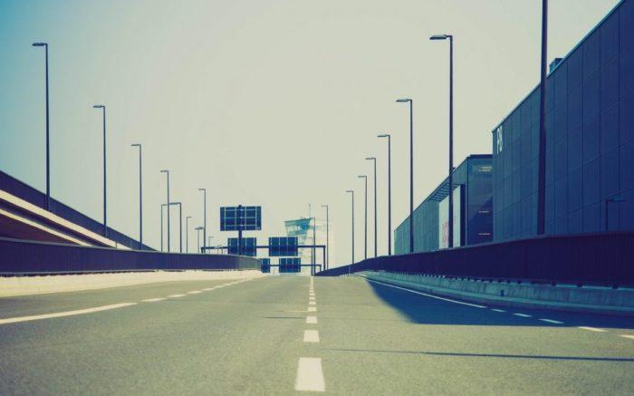 leere, unbefahrene Autobahn, dreispurig, Zubringer zum neuen Flughafen BER