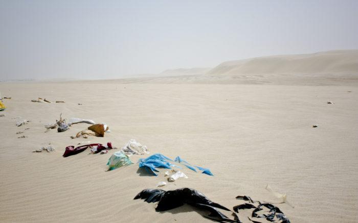Plastikmüll in Wüstenlandschaft