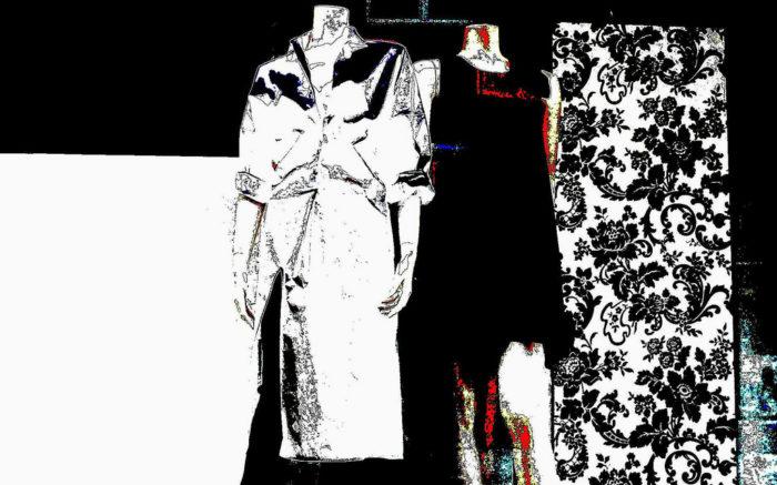 Mantel und Kleid auf Schneiderpuppe, grafisch verfremdet