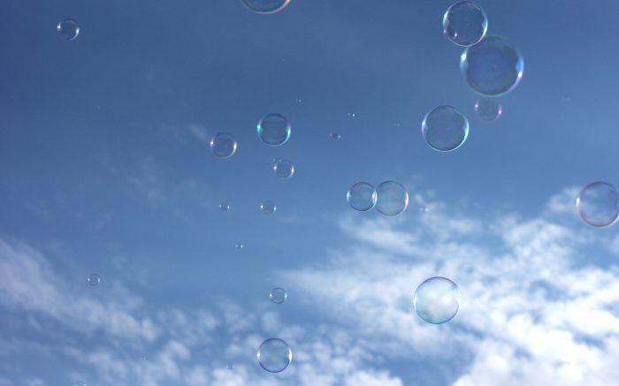 Seifenblasen gen Himmel fliegend