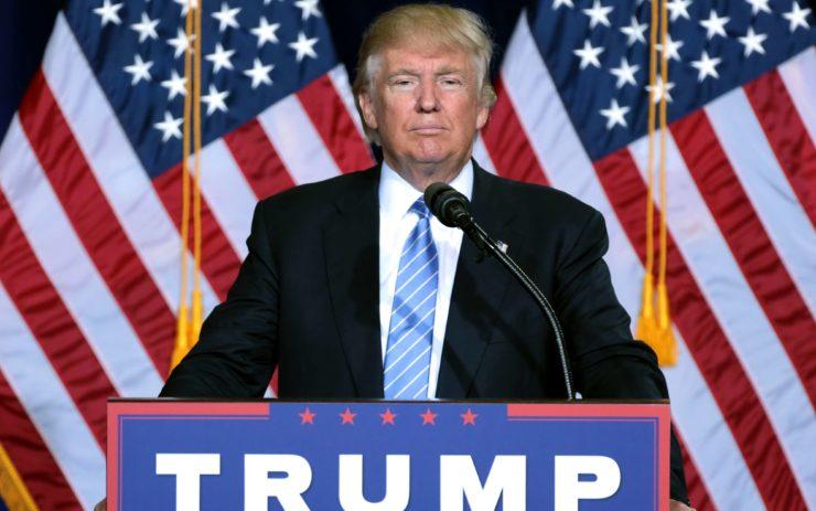 Donald Trump vor zwei US-Fahnen