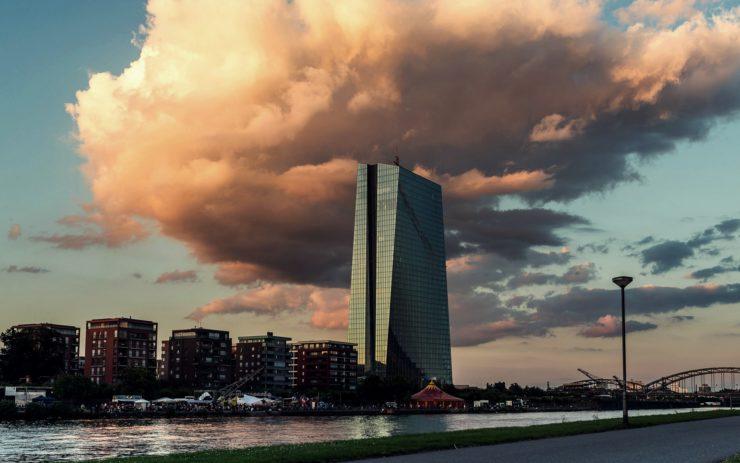 Die Europäische Zentralbank in Frankfurt am Main im Abendlicht