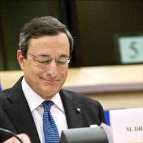 EZB-Präsident Mario Draghi an einem Tischmit Namensschild und Mikrofon
