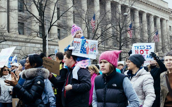 Mehrere Demonstranten mit Schildern.
