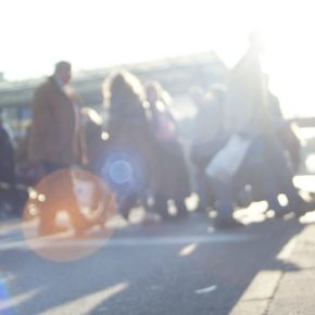 Eine Menschenmenge überquert die Straße.