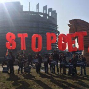 Demonstranten halten Buchstaben, die STOP CETA formen in die Höhe.
